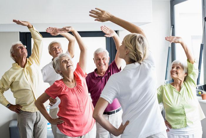 Senioren Dehnung im Stehen